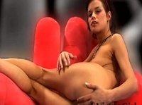 Мария ласкает шмоньку ручонкой в кресле