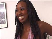 Негритянка улыбается и смотрит на тебя