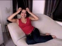 Красивая девушка сидит, общается и улыбается