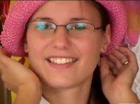 Девушка меряет шапочку и улыбается