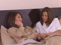 Николь и Лола общаются под одеялом