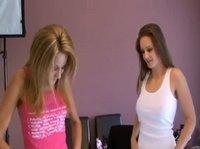 Девушки Сандра и Анита готовятся к фотосессии