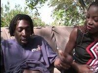 Пришла к черному другу в сад и отсосала его член
