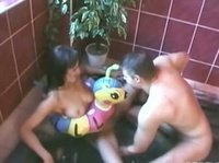 Трахает девушку в ванне с плавательным кругом