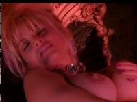 Грудастая блондинка закрыла глазки и мастурбирует себе