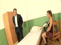 Преподаватель трахает милашку в комнате общежития