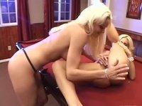 Две блондинки на бильярдном столе задрачивают себя