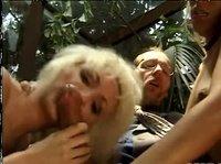 Блондинки минетят худощавому богачу в зимнем саду