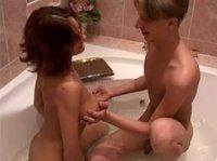 Красивенькие оральничают и чпокаются в ванне