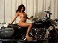 Грудастая фотомодель оседлала мотоцикл