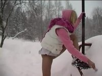 Девчонка мастурбирует вибратором на снегу