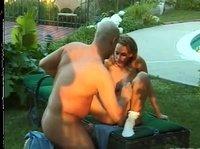 Лысый чувак чпокает симпатяжку во дворе дома