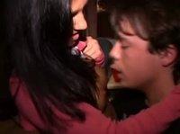 Выпивший парень трахает красавицу на университетской вечеринке