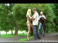 Секс двух ребят с проституткой на асфальтной дорожке
