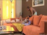 Оральный секс и влагалищная порка на большом диване
