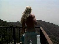Страпонит себя на вершине холма
