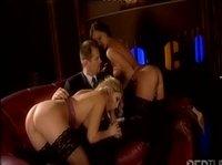 Деловой мужчина окружен секретаршами