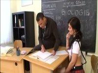 Симпатичная девка с учителем в кабинете перепихнулась