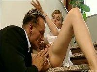 Секс горячего богача со своей цыпочкой на лестнице