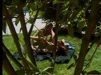 Сами себе организовали секс в саду