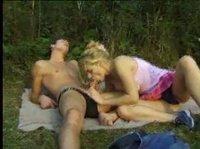 Стройным на пикнике и на зеленой траве хорошо трахаться