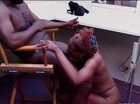Негритянка членососит любовнику