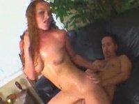 Диванный секс с кудрявой богиней