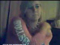 Девчоночка перед веб-камерой сидит