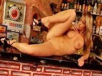 Джина дрочит кису на барной стойке