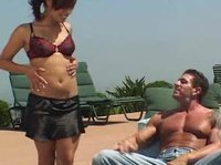 Горячим летним днем у бассейна трахаются вдвоем