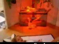 Девица ерзает на коврике Playboy