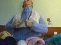 Девица меняет свитера и остается сексуальной