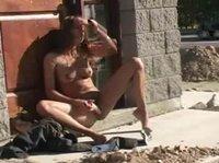 Симпотичная девушка мастурбирует на пешеходной дорожке