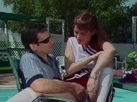 Рыжая девчурка оттрахана возле бассейна мужиков в очках