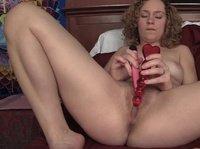 Кудрявая дама удовлетворяет свою вагину