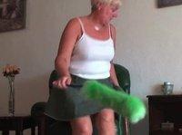 Взрослая женщина после уборки решила поласкать свое влагалище