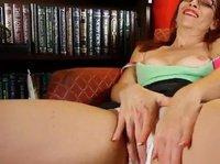Опытная дама мастурбирует в кабинете