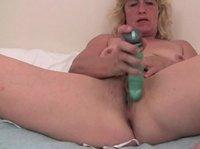 Опытная тетка ласкает свою вагину вибратором
