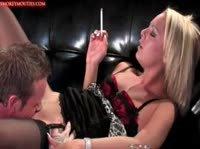 Блондинка с сигаретой в руках