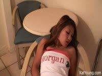 Азиатка решила пошалить на диване