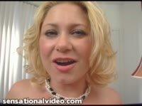 Блондинка с большими грудками