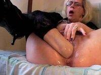 Зрелая засовывает руку во влагалище
