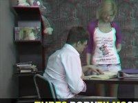 Мужик имеет блондинку на столе