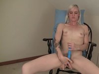 Опытная сучка ласкает свою вагину фаллосом