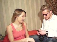 Парень наблюдает, как его девушку трахает его друг