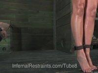 Связанную шлюшку трахает секс- машина