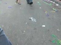 Шлюшки на параде оголяют свои груди