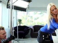 Фотограф имеет двух шикарных блондиной