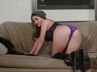 Лесбиянки ласкают свои киски на диване