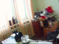 Русская телка сосет член и трахается парнем в офисе